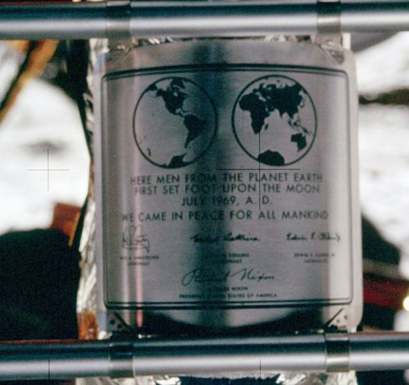 800px-Apollo_11_plaque_closeup_on_Moon