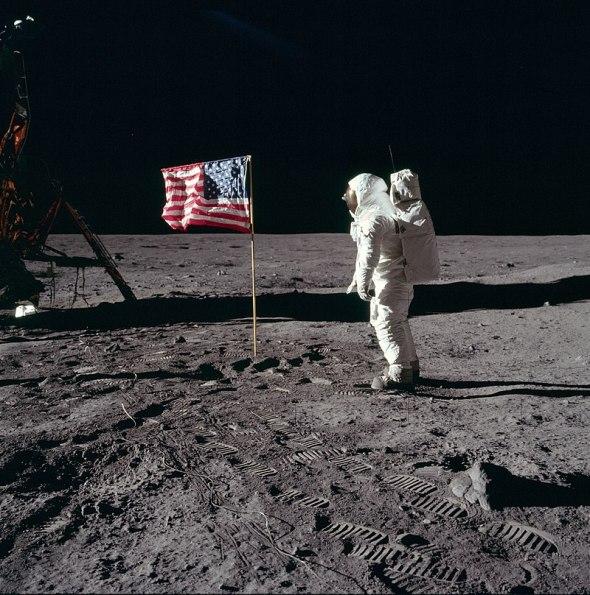 800px-Buzz_salutes_the_U.S._Flag